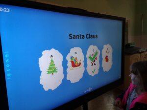 Zdjęcie dzieci rozwiązujących zadania z języka angielskiego przy monitorze
