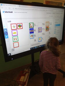 Zdjęcie dzieci wykonujących zadania na monitorze