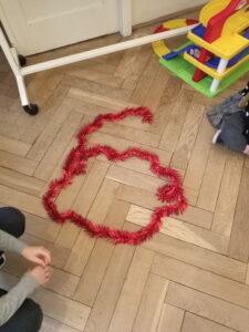 Zdjęcie szóstki wykonanej z łańcucha choinkowego
