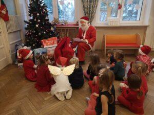 Zdjęcie dzieci z Mikołajem