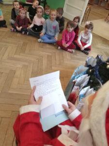 Zdjęcie dzieci słuchających listu od Świętego Mikołaja
