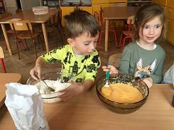 zdjęcie dzieci pracujących przy stole z dynią