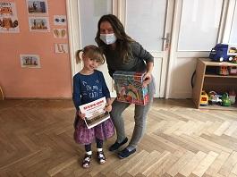 zdjęcie dziecka i nauczyciela trzymających nagrody