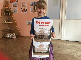Zdjęcie Wiktorii z dyplomami za udział w konkursie