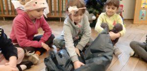 """Zdjęcie dzieci bawiących się plastikową folią w ramach realizacji programu """"Działaj z ImPETem"""""""