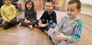 """Zdjęcie dzieci oglądających butelki PET w ramach realizacji programu """"Działaj z ImPETem"""""""