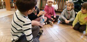 """Zdjęcie dzieci bawiących się butelkami w ramach realizacji programu """"Działaj z ImPETem"""""""