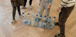 Zdjęcie dzieci bawiących się butelkami