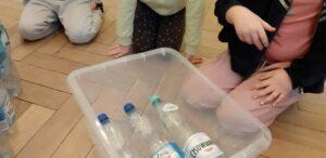Zdjęcie butelek plastikowych w pudełku - doświadczenie