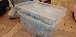 Zdjęcie butelek plastikowych w pudełku