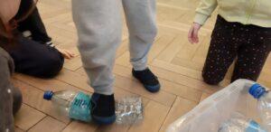 Zdjęcie dziecka zgniatającego butelkę