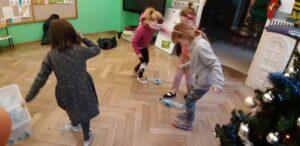 Zdjęcie dzieci bawiących się z butelkami