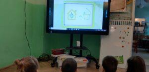 Zdjęcie dzieci oglądających film edukacyjny
