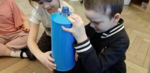 Zdjęcie dziecka oglądającego butelkę