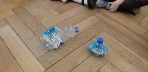 Zdjęcie butelek zgniecionych na różne sposoby
