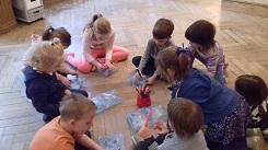 Zdjęcie dzieci rysujących na podłodze na woreczkach z powietrzem
