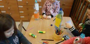 Zdjęcie dzieci wykonujących butelkowe stworki