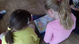 Zdjęcie dzieci patrzących na mapę