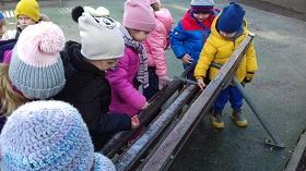 Zdjęcie dzieci bawiących się na placu zabaw