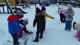 zdjęcie dzieci bawiących się na śniegu
