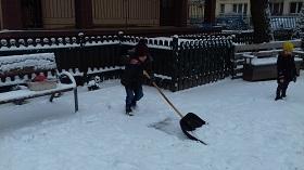 Zdjęcie chłopca odgarniającego śnieg