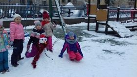 Zdjęcie dzieci z bałwanem