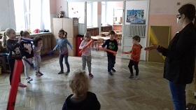 Zdjęcie dzieci grających na bum bum rurkach