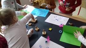 Zdjęcie dzieci pracujących przy stole