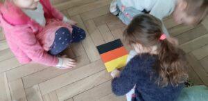 Zdjęcie dzieci bawiących się flagą