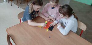 zdjęcie pracujących dzieci przy stolikach