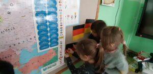 zdjęcie dzieci przy tablicy