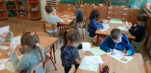 zdjęcie dzieci przy stołach