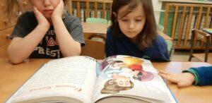 zdjęcie dzieci przy stole