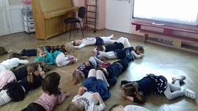 Zdjęcie dzieci leżących na podłodze