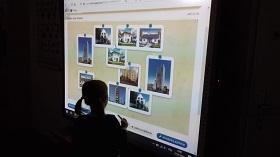 Zdjęcie dzieci pracujących na tablicy interaktywnej