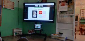 zdjęcie dzieci oglądających lekcję online