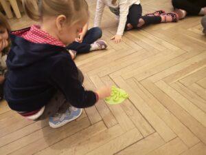 zdjęcie dzieci liczących nakrętki