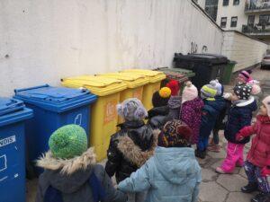 zdjęcie dzieci oglądających kontenery