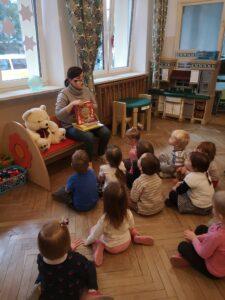 Zdjęcie dzieci słuchających bajki