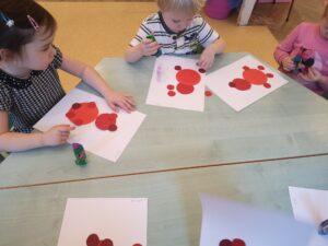 zdjęcie dzieci pracujących przy stoliku
