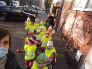 zdjęcie dzieci na spacerze