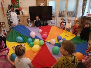 zdjęcie bawiących się dzieci