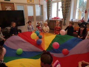 zdjęcie dzieci na balu karnawałowym