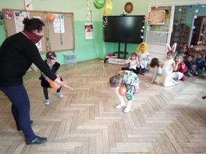 zdjęcie dzieci na balu