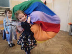 zdjęcie dziewczynki z workiem balonów