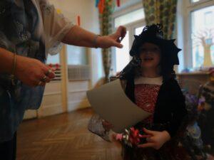 zdjęcie dziecka z dyplomem