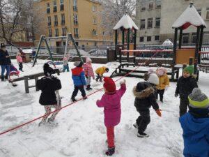 zdjęcie dzieci na śniegu