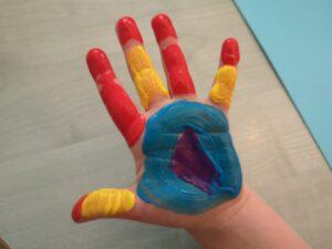 zdjęcie umalowanej ręki dziecka