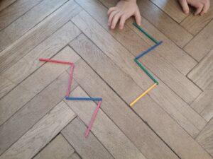 zdjęcie dziecka układającego patyczki