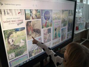 Zdjęcie dziecka przed monitorem